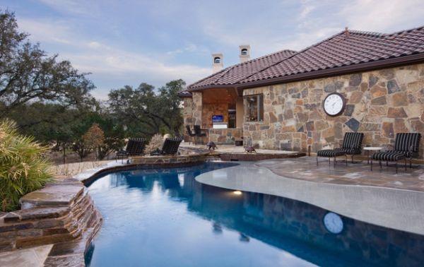 außenbereich steinwand haus pool integriert wanduhr