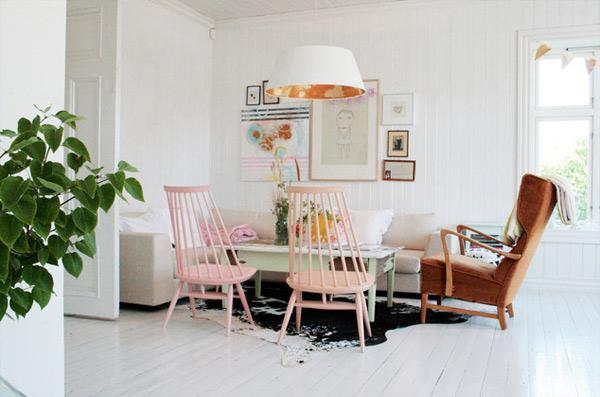 ausgefallenes Interior Design - Akzent setzende Stühle holz bodenbelag