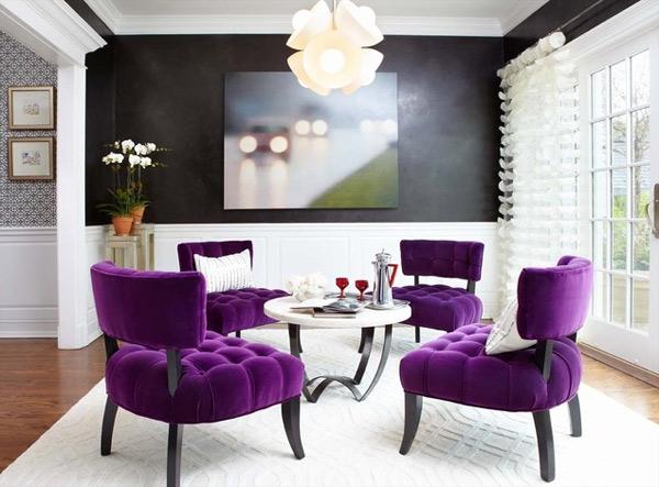 ausgefallenes Interior Design - Akzent setzende Stühle lila samt