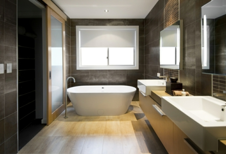luxus badezimmer hartholz fliesen bodenebelag dunkle einrichtung