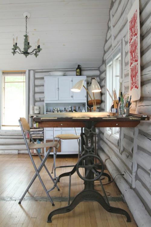 blockhaus aus holz arbeitstisch aus alter nähmaschine