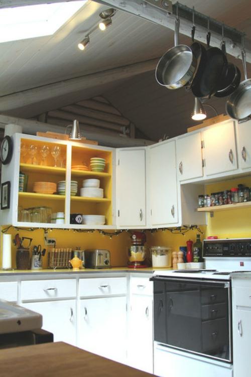 blockhaus aus holz frische note durch zitronengelber küchenspiegel