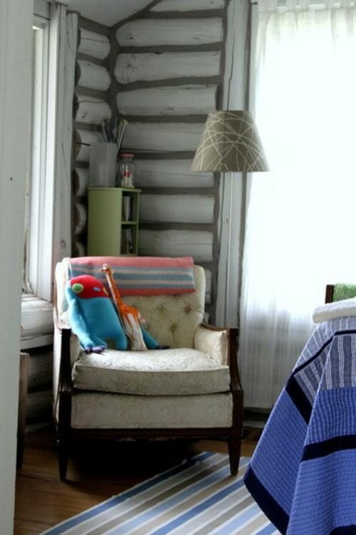 blockhaus aus holz kuscheltiere im sessel