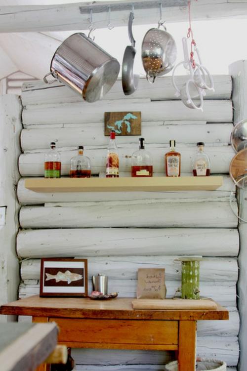 blockhaus aus holz regalbrett mit getränken