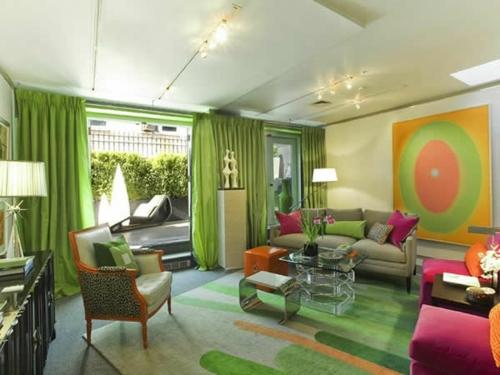 bunt grün einrichtung wohnzimmer gardinen sofa sessel rosa grau