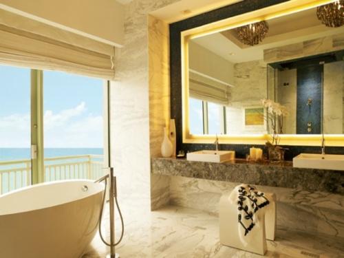 coole Bilder von Badezimmern badewanne fensterladen spiegel