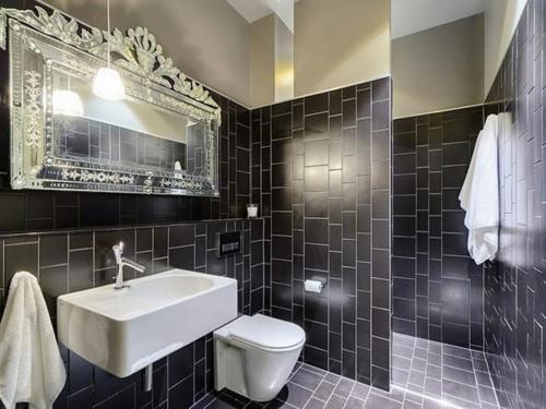 coole Bilder von Badezimmern schwarz weiß fliesen waschbecken spiegel
