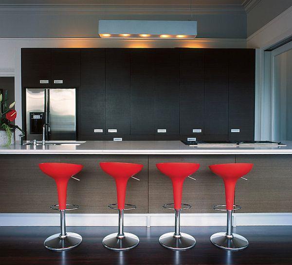coole rote farbe für die küche mit stylischen barstühlen
