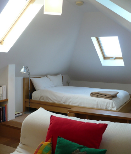 cooles mini apartment schlafzimme dachfenster bett
