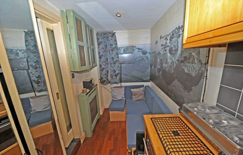 cooles mini apartment schrank holz obeflächen ecksofa blau auflage