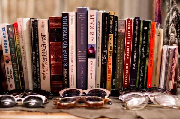 das kleine studio apartment vielfalt an brillen und büchern