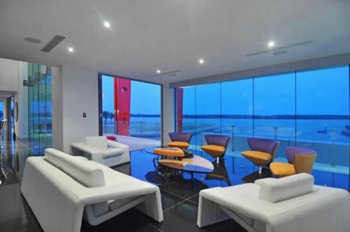 deckenbeleuchtung sofa stühle orange sitzplatz fliesen fußboden