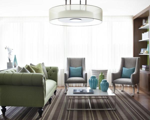 dekoration kleiner räume fein gestreifter teppich pastellgrünes sofa und türkis akzente