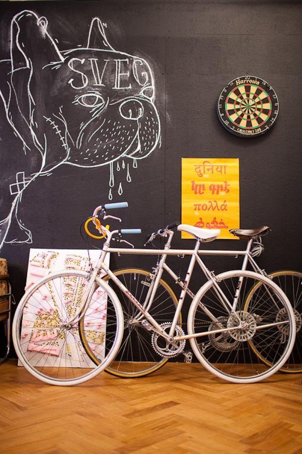 dekorativ fahrräder tafel wandgestaltung schwarz holz bodenbelag