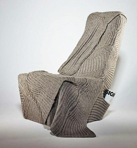designer stuhl mit wolldecke kuschelig von der seite