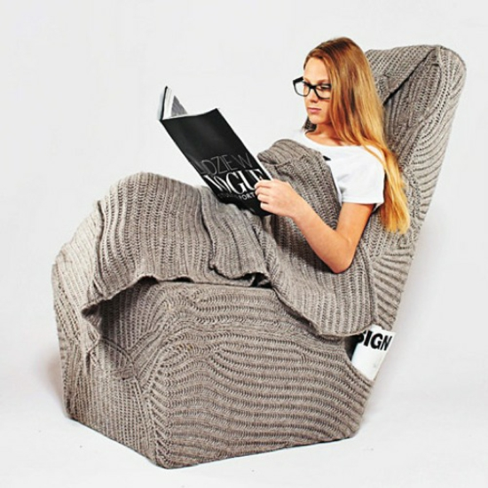 designer stuhl mit wolldecke perfekt zum lesen