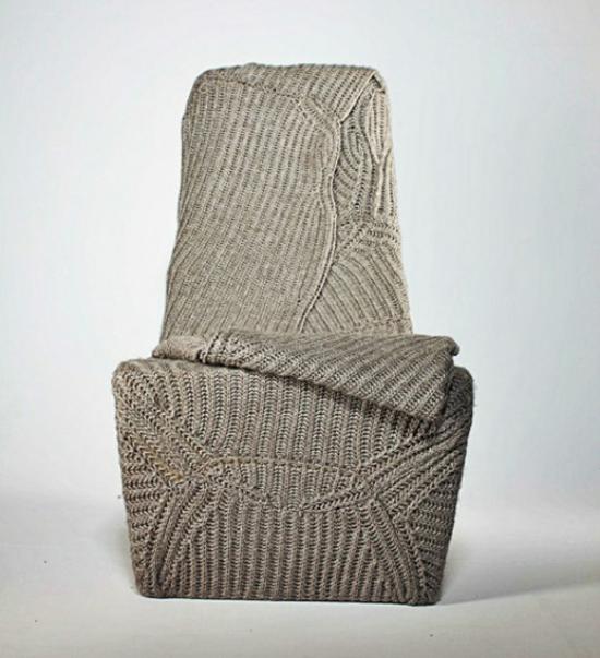 designer stuhl mit wolldecke von vorne aufgenommen