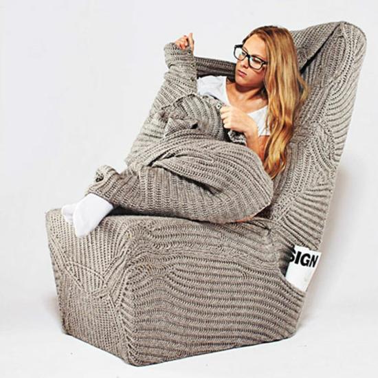 designer stuhl mit wolldecke warm und weich