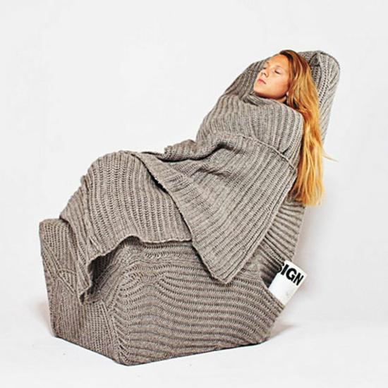 designer stuhl mit wolldecke zum schlafen