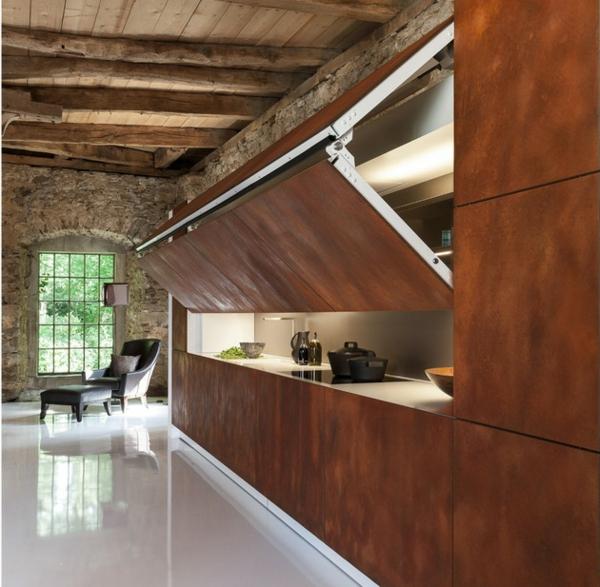 die hidden kitchen dunkle platten rustikales ambiente