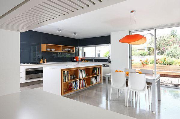 die küche neu gestalten hängelampen orange bücherregale