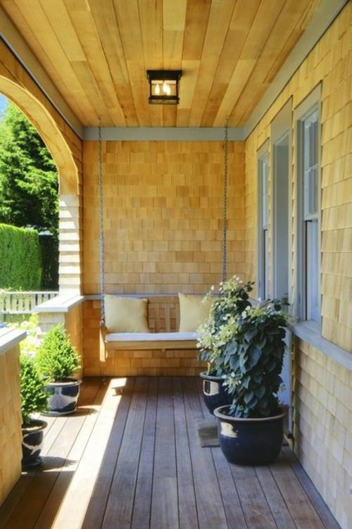 die veranda im sommer gestalten schaukel bank kissen holz