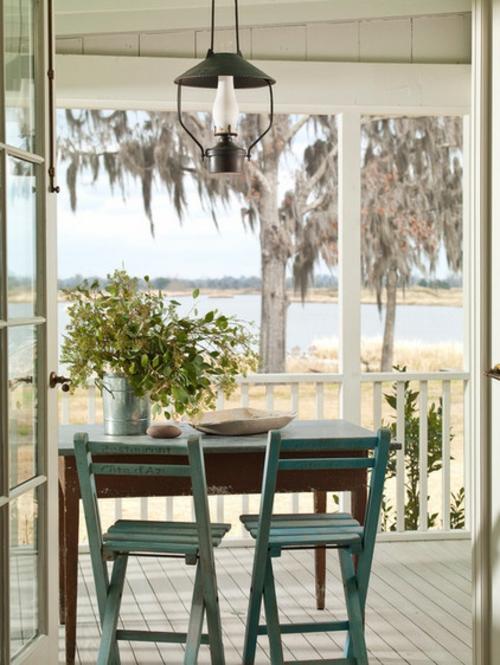 die veranda im sommer gestalten sitzecke esstisch stühle rustikal