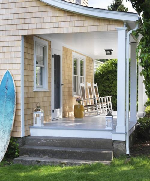 die veranda im sommer gestalten weiß stühle laternen