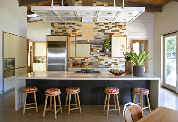 exotische dekoration mit tropischen pflanzen bunter küchenspiegel frisch auf der kücheninsel