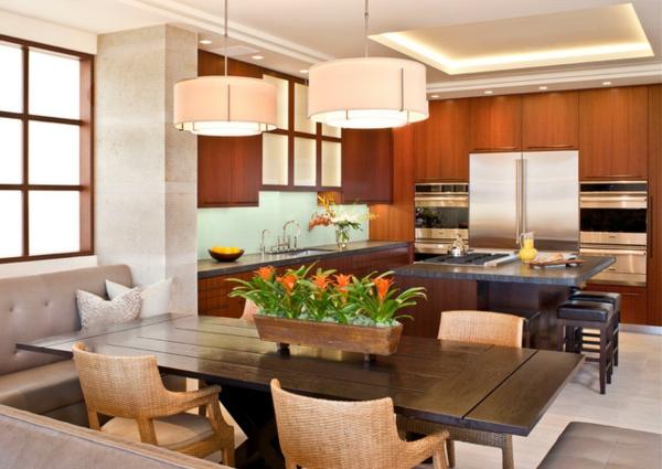 exotische dekoration mit tropischen pflanzen orange blüten als kübelpflanze auf dem tisch