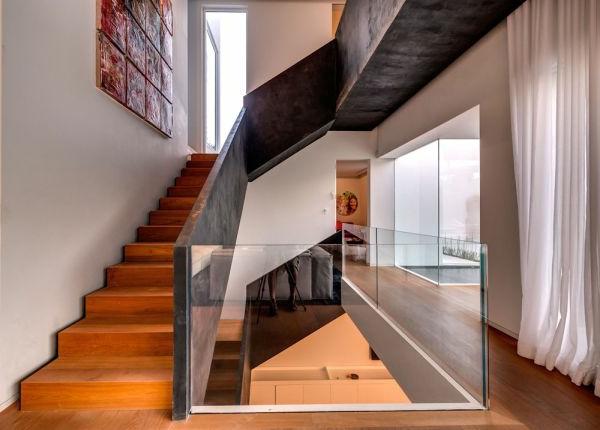 extravagantes familienhaus graue treppengeländer und viel massives glas