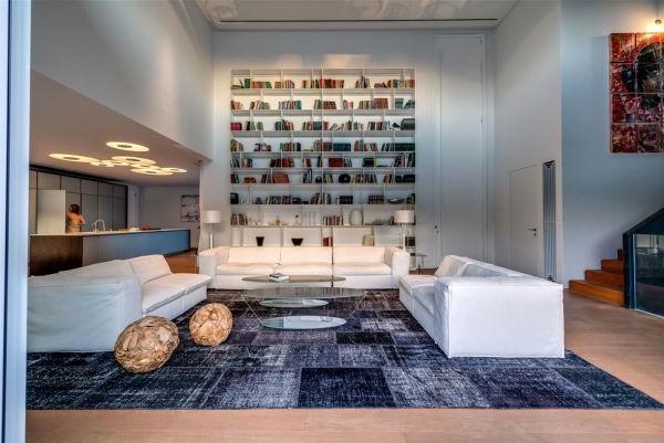 extravagantes familienhaus zahlreiche eingebaute regale großer teppich lila