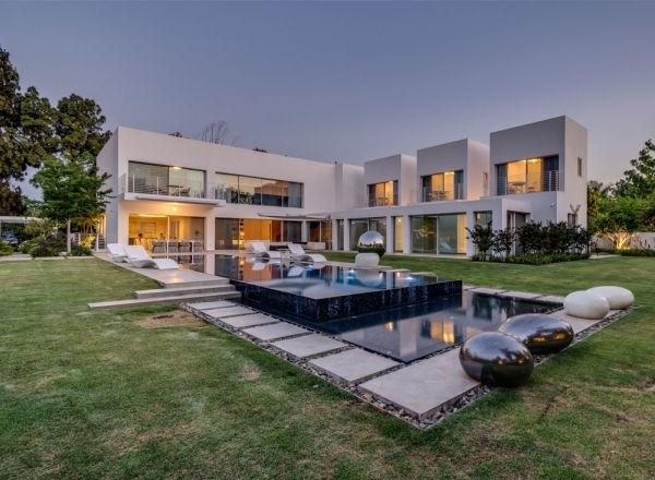extravagantes familienhaus zweiebene außenpool blick auf die ganze fassade