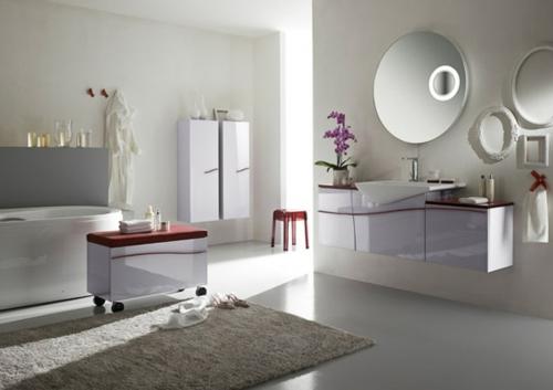 feminine badezimmer weiß weich teppich kommode rund spiegel