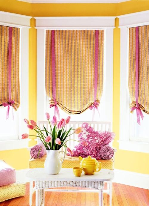 fenster deko ideen fenterrollen gelb mit rosa schleifen