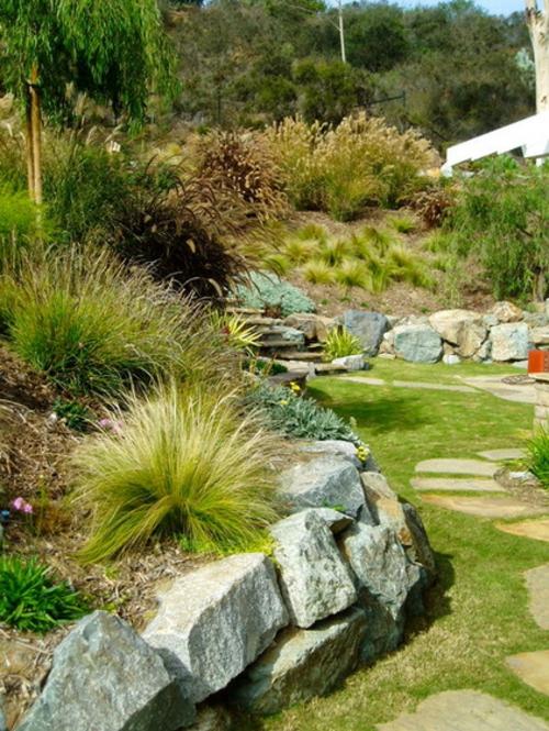 findlinge im garten landschaft schön stein gras pflanzen