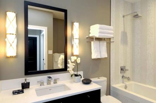 frische blumen wandspiegel quadratisch holz rahmen badezimmer bild