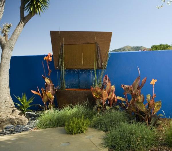 frische farben im garten koblatblaue wand tropische vegetation
