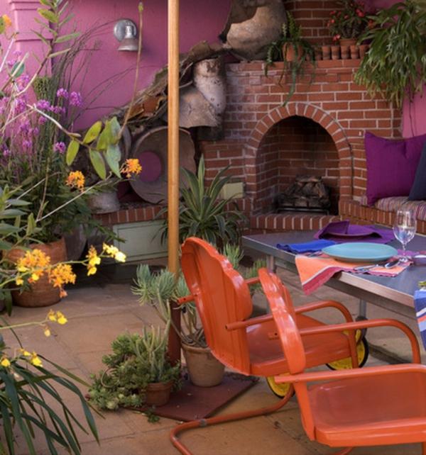 frische farben im garten lila schattierung zarte blumen orange stühle
