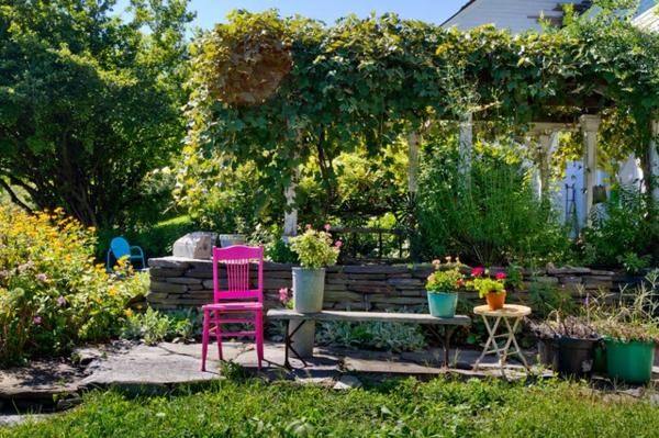 frische farben im garten pink gestrichen retro stuhl