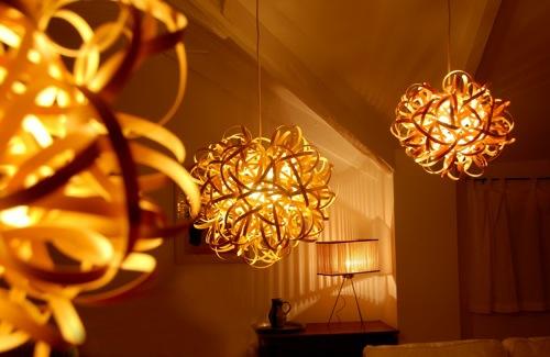 wohnzimmerlampen holz:DURCHEINDANDER: Gebogene Stehlampen aus Holz – attraktive Beleuchtung
