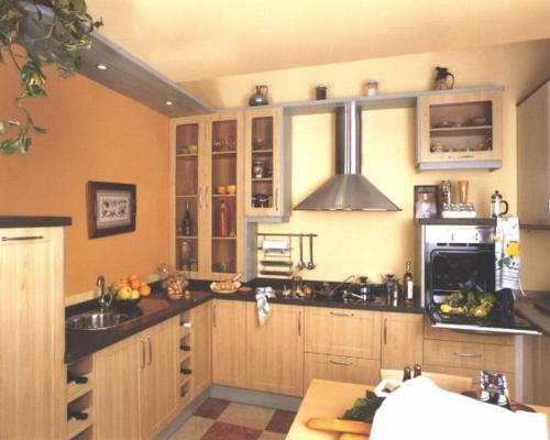 gemütliche kleine küche warme farben möbel
