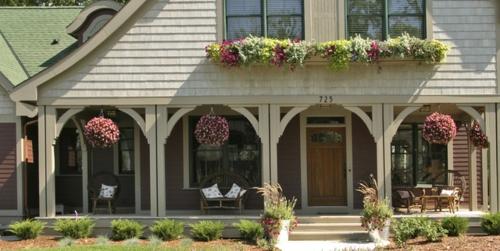 Gefallen Ihnen Hängepflanzen? - hängende Blumentöpfe auf der Veranda
