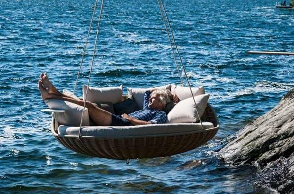 hängende liegen über dem meer in der sonne