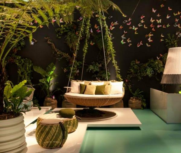 hängende tolle liege tropisches ambiente mit vielen pflanzen und schmetterlingen