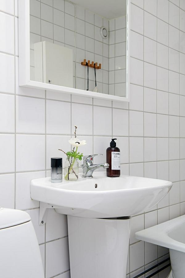 helles gemütlich möbliertes apartment badezimmer waschbecken
