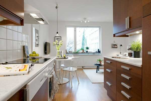 helles gemütlich möbliertes apartment küche holz schrank
