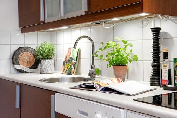helles gemütlich möbliertes apartment küchenfliesen weiß