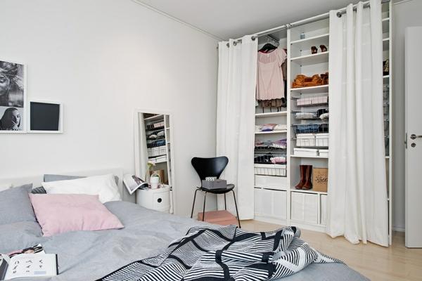 helles gemütlich möbliertes apartment schlafzimmer kleiderschrank