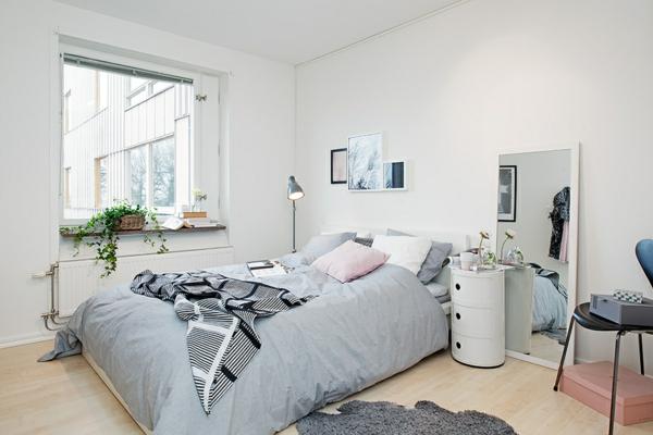 helles gemütlich möbliertes apartment schlafzimmer spiegel nachttisch